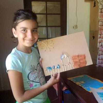 Ein Hortkind präsentiert sein Bild.