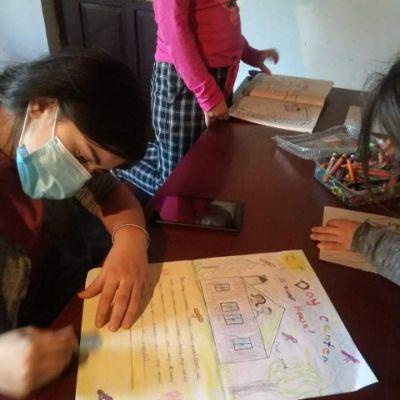 Die Kinder malen und basteln