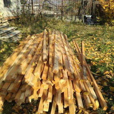 An einigen Stellen müssen auch Holzlatten ausgewechselt oder ergänzt werden.