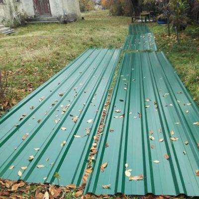 Mit Wellblech wird das Dach neu eingedeckt.